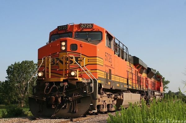 BNSF 5725 at the Farmers Crossing