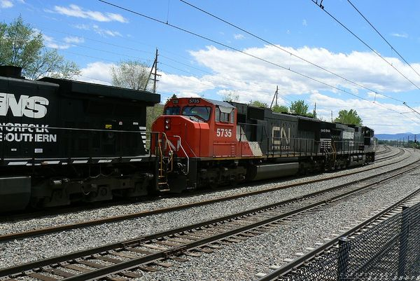 CN 5735 SD75I on Joint Line