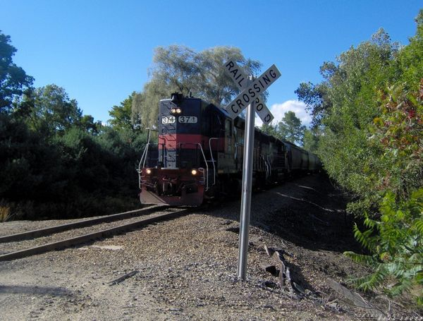 MEC 374 GP40 passing the foundry road.